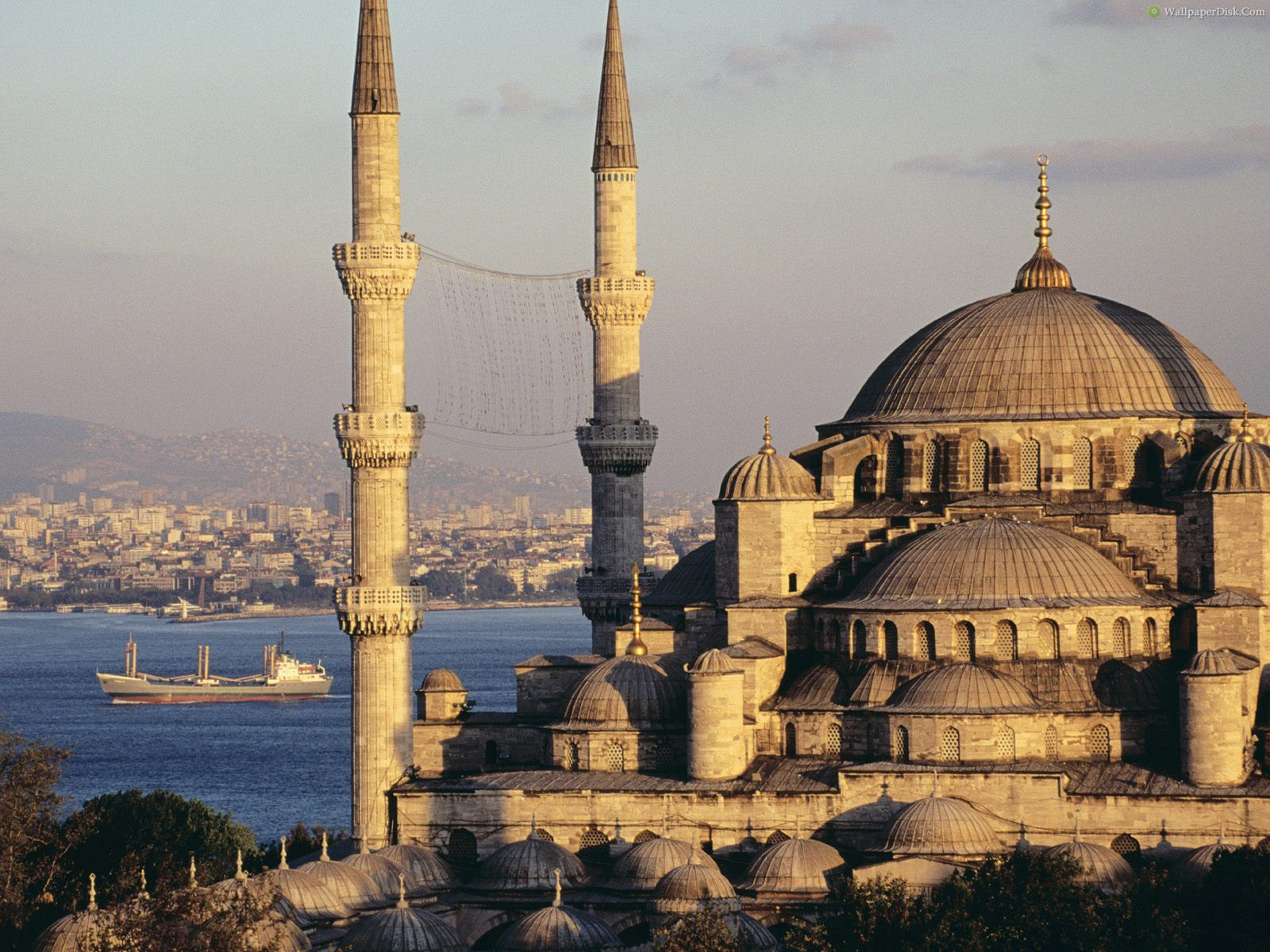 Blue-Mosque-and-the-Bosphorus_-Istanbul_-Turkey-731279